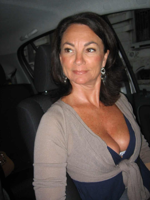 Femme sexy adepte de domination à la recherche d'un soumis